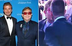 Elton John hôn David Beckham trong đám cưới Hoàng tử Anh