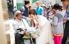 Hoa hậu Bùi Thị Hà tặng 500 phần quà cho người nghèo