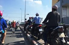 'Ông Tây' chặn dòng xe chạy lên lối đi bộ ở cầu Kênh Tẻ
