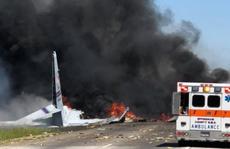 Máy bay quân sự Mỹ rơi thẳng xuống giao lộ