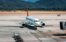 Ngã từ máy bay xuống sân bay, hành khách thiệt mạng