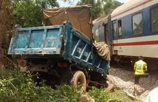 Xe tải húc tàu hỏa, 2 người nhập viện