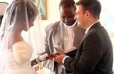 Bị cá sấu cắn đứt tay, cô dâu làm đám cưới trong bệnh viện