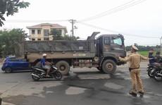 Đà Nẵng: Người dân tiếp tục chặn xe tải phá nát đường, gây ô nhiễm