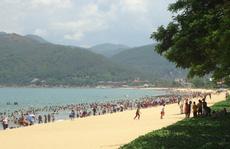 Hàng ngàn người 'đội nắng' giữa trưa tắm biển ngày Tết Đoan Ngọ