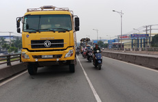 Xe ben cán chết bé 4 tuổi trên cầu vượt ở Biên Hòa