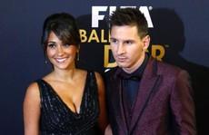 Cả thế giới quay lưng, Messi vẫn có vợ nóng bỏng bên cạnh
