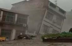 Khủng khiếp cảnh nhà 6 tầng bị mưa lũ kéo đổ trong chớp mắt ở Trung Quốc