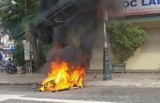 Chạy xe đánh võng, bị côn đồ truy sát, đốt xe máy