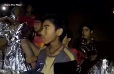 Giải cứu đội bóng mắc kẹt: Các cậu bé 'uống thuốc an thần' khi lặn ra