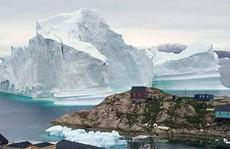Băng trôi 11 triệu tấn 'ghé chơi', cả ngôi làng ở Greenland nín thở