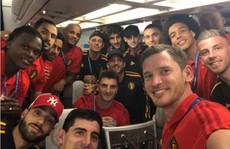 CĐV Bỉ mở đại tiệc đón đội nhà, tuyển Anh về sau hàng thép gai