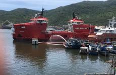 Chìm tàu cá đang neo đậu, khoảng 4.000 lít dầu tràn ra  sông