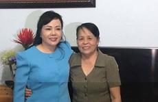 Bộ trưởng Nguyễn Thị Kim Tiến hát 'live' tặng anh hùng La Thị Tám