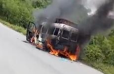 Xe tang chở tro cốt đang chạy bỗng bốc cháy nghi ngút