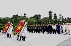 Lãnh đạo TP HCM dâng hương tưởng niệm các anh hùng liệt sĩ