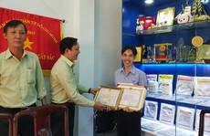 Khen thưởng 'thầy giáo Bio' Hoàng Trọng Khánh