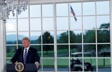 Gói hàng lạ với thông điệp cho ông Trump từ trên trời rơi xuống