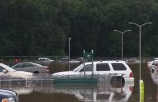 Mỹ: Đại lý xe bất lực nhìn lũ cuốn hàng loạt ô tô xuống sông