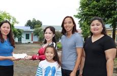 Nghệ sĩ Việt Hương dạy con làm từ thiện