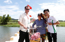 Sinh viên Trường ĐH Đông Á đóng góp xây dựng cầu Hoa vàng trên cỏ xanh