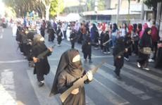 Sốc với trường mẫu giáo cho học sinh mặc đồ giống IS