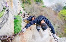 Thử thách ú tim khi đến ngôi chùa cheo leo trên đỉnh núi