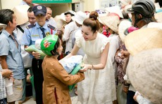 Hoa hậu Bùi Thị Hà trao quà cho người nghèo