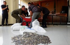 Mang 890 kg tiền xu đến toà trả cho vợ cũ