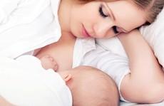 Vì sao bé chỉ bú sữa mẹ vẫn bị tiêu chảy?