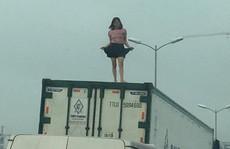 Người phụ nữ mặc váy quậy 'tưng bừng' trên nóc thùng xe container