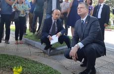 Đại sứ Mỹ đặt hoa tưởng niệm Thượng nghị sĩ McCain bên hồ Trúc Bạch