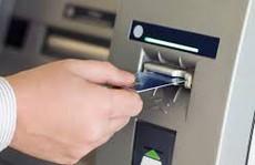 Giảm hạn mức rút tiền qua ATM: Tốn nhiều phí và thêm bực!