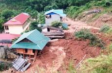 Kinh hoàng cảnh ngôi nhà 2 tầng bất ngờ đổ xuống sông Lò