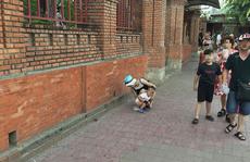 Khách Trung Quốc cho con đại tiện ngay trước Tháp Bà Ponagar