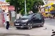 Bất ngờ nguyên nhân bảo vệ đập ô tô tiền tỉ trước cổng ngân hàng