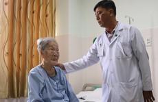 Điều trị thành công cho bà mẹ Việt Nam anh hùng 98 tuổi bị gãy xương đùi