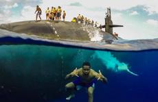 Choáng ngợp cảnh thủy thủ Mỹ bơi cạnh tàu ngầm hạt nhân