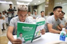 HLV Miura cùng học trò Phi Sơn đi học dinh dưỡng