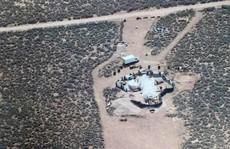 """11 trẻ bị giam giữ tại sa mạc """"được huấn luyện xả súng trường học"""""""