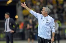 Thắng đậm, Mourinho vẫn bức xúc với UEFA