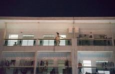 Trắng đêm giải cứu người đàn ông leo lầu bệnh viện đòi tự tử
