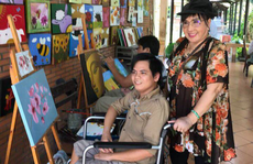 NSND Lệ Thủy mang 'cần câu' cho người khuyết tật