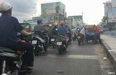Xe bán hàng chiếm dụng cầu Kiệu