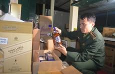 Phát hiện ô tô khách dán băng rôn đi làm từ thiện chứa đầy hàng lậu