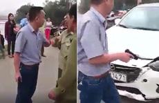 Va chạm giao thông, người đàn ông đi ô tô rút súng dọa bắn