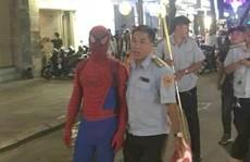 Tranh cãi việc bắt 'người nhện' ở phố đi bộ Nguyễn Huệ