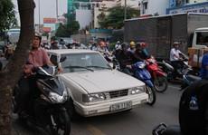 Ô tô 'mua đường' gây kẹt đường Cộng Hòa mỗi ngày