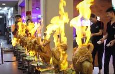 Độc đáo món gà nguyên con 'khiêu vũ' bốc lửa trên nồi súp