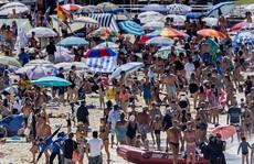 Sydney như 'lò lửa', dân ùn ùn kéo ra biển